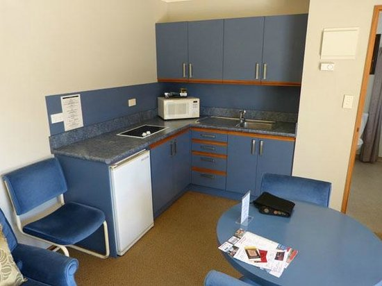 Lakeside Motel & Apartments: Kitchen in room 20