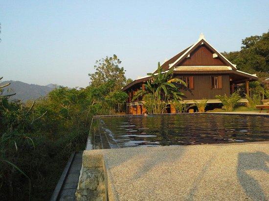 Nam Ou Riverside Hotel & Resort: Jolie cadre fleuri