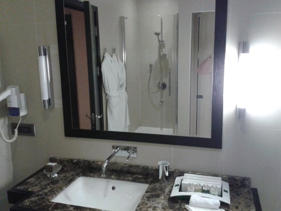 Holiday Inn Istanbul Airport-North: Lighting in the bathroom - one side not working - never changed during my stay