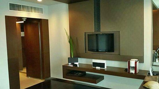 Pathumwan Princess Hotel: Fernseher und Ipod Docking Station im Wohnbereich