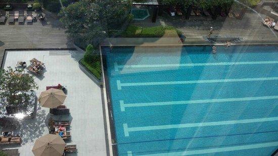 Pathumwan Princess Hotel: Ausblick von der Suite auf den Pool
