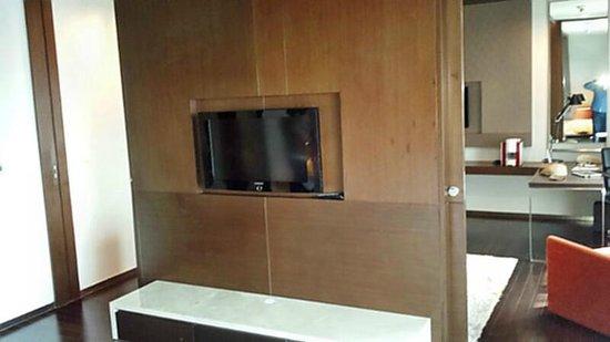 Pathumwan Princess Hotel: Trennwand zwischen Schlaf-und Wohnraum, 2 Flat-TV