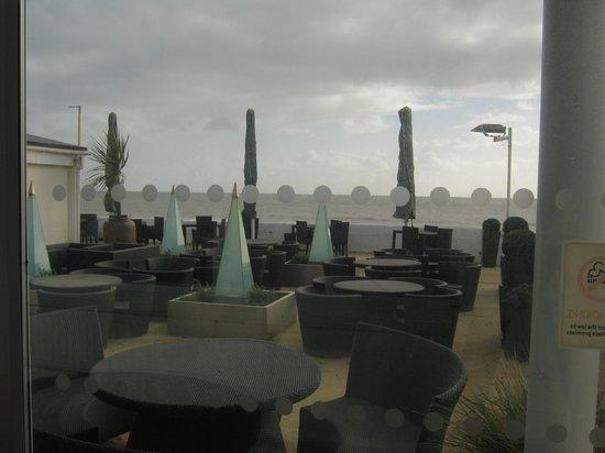Sandbanks Hotel: Outdoor sitting area.