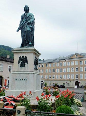 Mozartplatz : 悠然と立つモーツァルト像