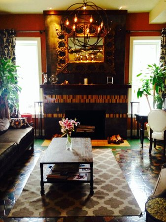 Hollander Hotel: Eclectically decorated lobby and optional bar seating area.