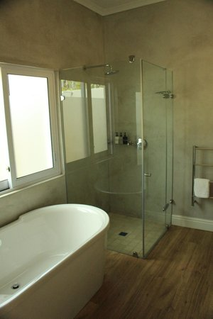 Angala Boutique Hotel and Guest House: Large tub and shower