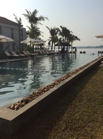 Vinh Hung Emerald Resort : Pool with view of the river