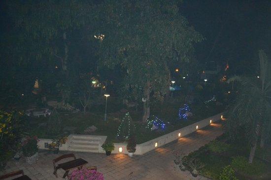 Garden Lodge: Вид из номера ночью