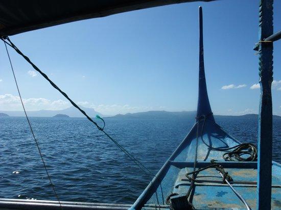 Taal Volcano: タール湖をボートで渡って島へ!