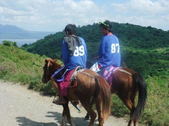 Taal Volcano: 彼らとしゃべりながら一緒に登った。。。