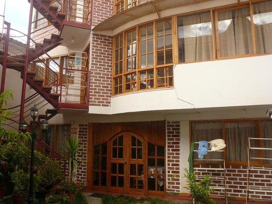 Villa Betty: Vista interior del patio hacia los cuartos