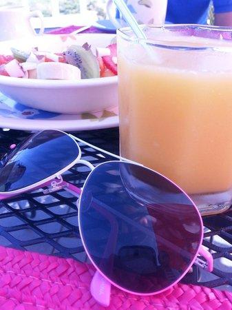 Las Vistas Cafe at Siete Mares Bay Inn: Fresh fruits with fresh orange juice
