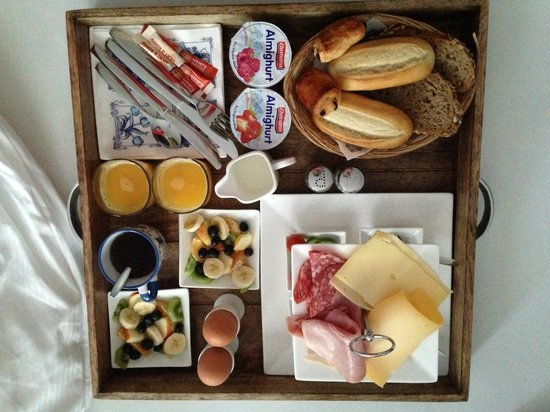 Bed & Breakfast Helmers: breakfast