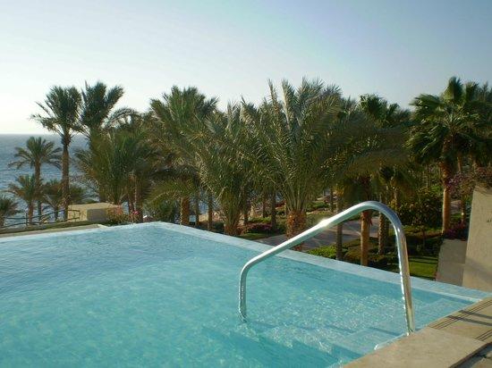Grand Rotana Resort & Spa: Джакузи как мини бассейн с подогревом