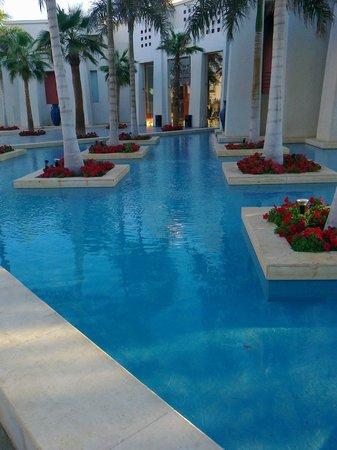 Grand Rotana Resort & Spa: Перед входом в лоби