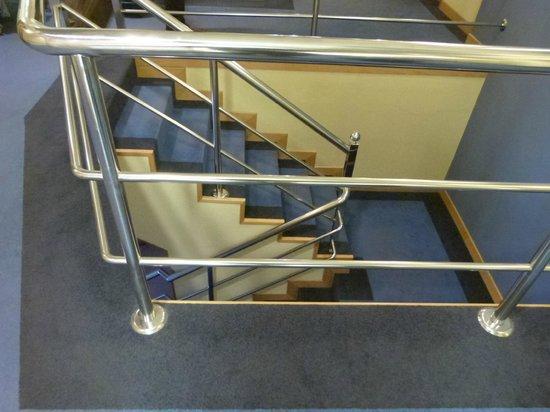 Avenida Hotel: escada com corrimão no interior do hotel