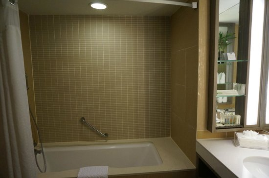 Holiday Inn Resort Phuket: kids suites bathtub