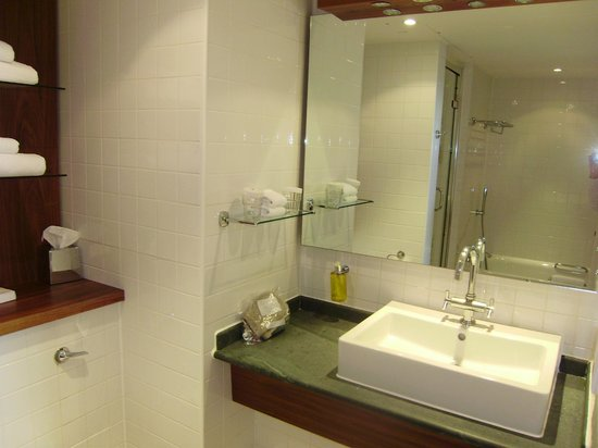 Doubletree by Hilton London - Westminster : bathroom
