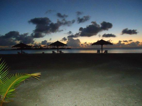 Olhuveli Beach & Spa Maldives : alba sulla spiaggia