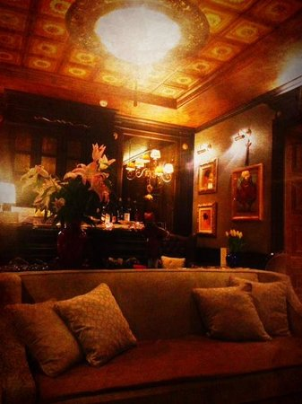 The library / bar at Hotel Moresco