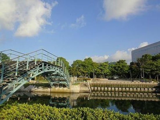 Nagasaki Seaside Park: 橋を渡って公園内へ。