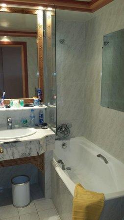 Es Saadi Marrakech Resort - Hotel: Salle de bain vétuste