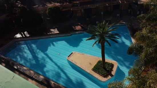 Es Saadi Gardens & Resort: Piscine dont vous aurez accès si vous ne faites pas parti du palace. Chauffée à 26°C.