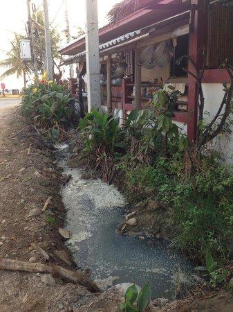 Koram Resort Samroiyod: Open sewer next to hotel