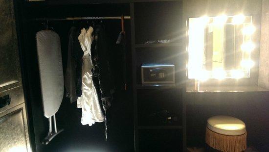 Merchant Hotel: Wardrobe and vanity 227