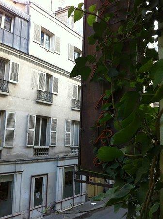 Hotel du Nord - Le Pari Vélo: Vue de la chambre - sur rue calme