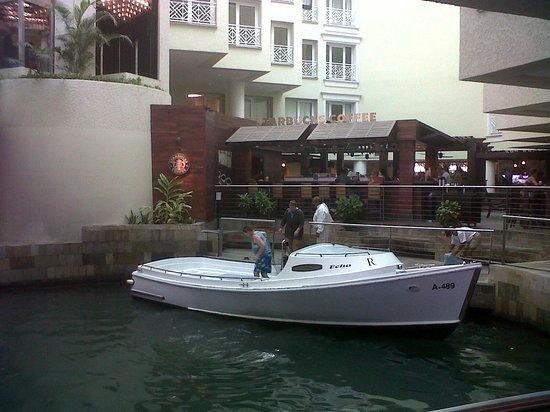 Renaissance Aruba Resort & Casino: Boat is here