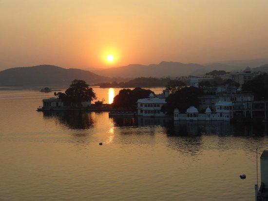 Jaiwana Haveli : sunset over the lake