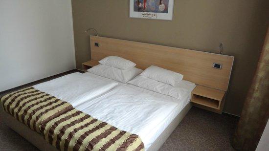 BEST WESTERN Hotel Pav : Bedroom