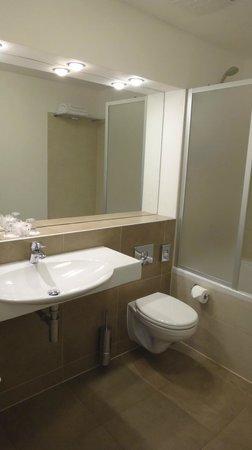 BEST WESTERN Hotel Pav : Bathroom