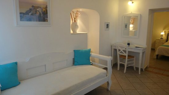 Reverie Santorini Hotel: Living area