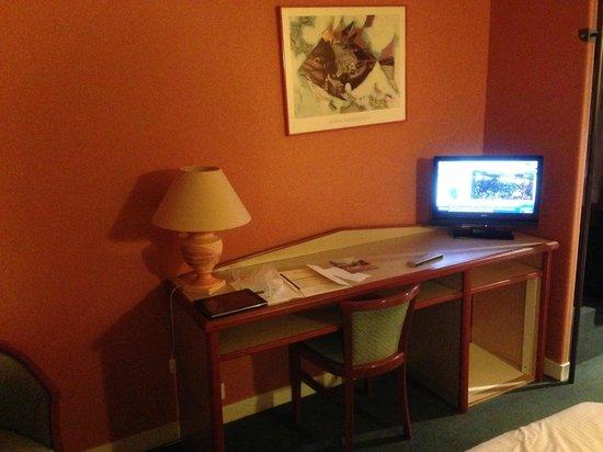 le bureau et la tv picture of hotel restaurant le rive gauche joigny tripadvisor. Black Bedroom Furniture Sets. Home Design Ideas