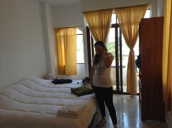 Galapagos Best Hostel: habitación, un pequeño balcón con mesa y sillas, que funciona perfecto como comedor