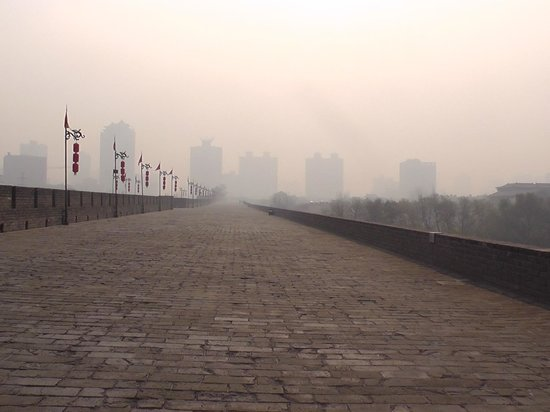 Xi'an City Wall (Chengqiang): Fog on the wall in the early afternoon