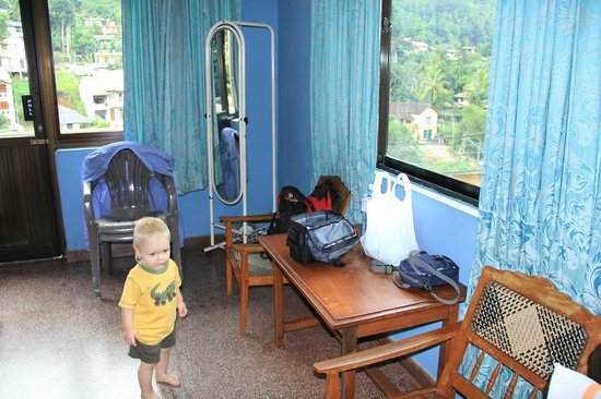 Majestic Tourist Hotel : Две кровати, кресла, зеркало и все что нужно