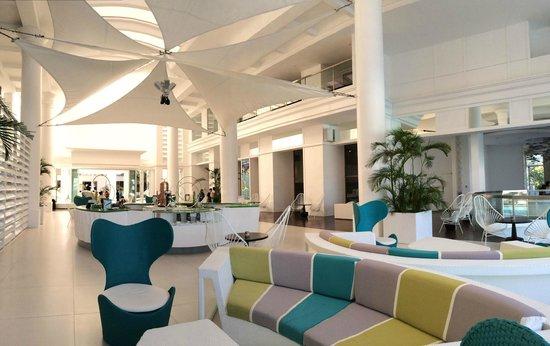 Movenpick Hotel Mactan Island Cebu: Chic hotel lobby