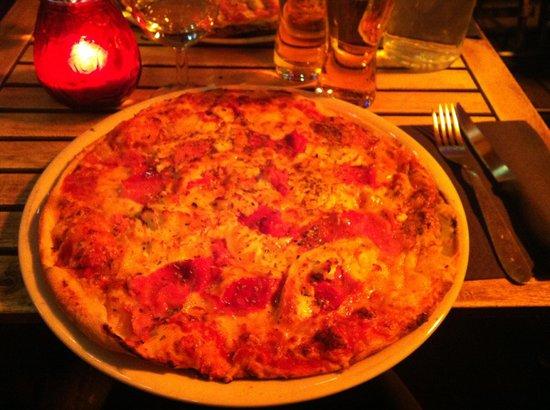 Le Valentino : Pizza w. goats cheese, tomato and ham