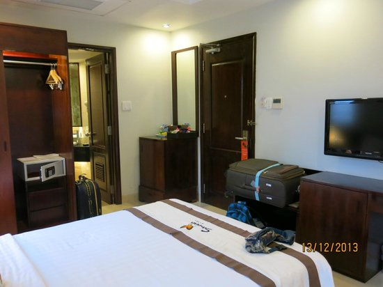 Sanouva Saigon Hotel: Spacious room with king size bed