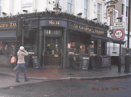 St. George's Tavern: L'ingresso del locale, very british