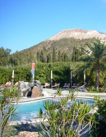 Oasi della Salute Volcanic Mineral Pools : Le piscine geotermiche e il Vulcano