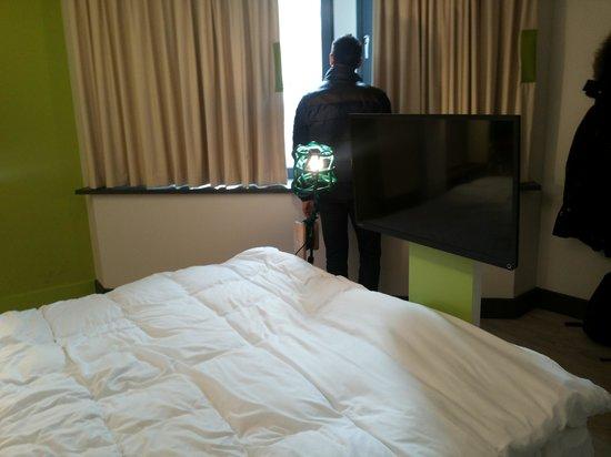 Qbic Hotel London City : lamp and window
