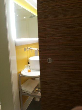 Qbic Hotel London City : bathroom door
