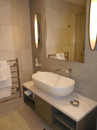 The Rees Hotel & Luxury Apartments: Trough-style washbasin at The Rees