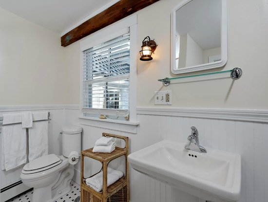 Kennebec Inn: America's Cup Private Bathroom