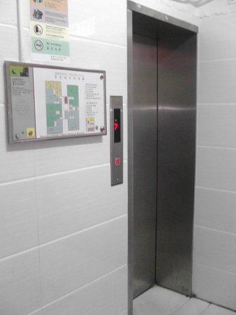 Ashoka Guest House: Very tiny lift that has a very big job