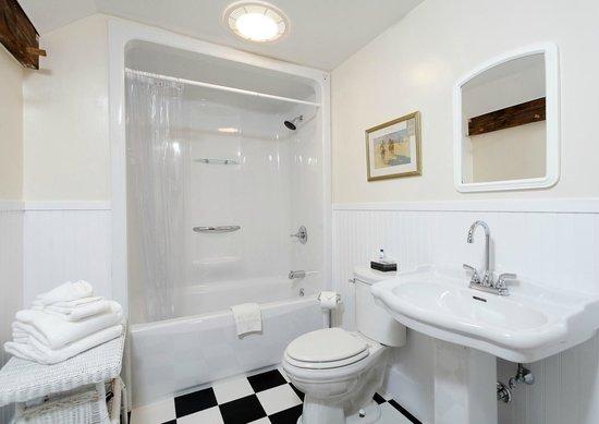 Kennebec Inn : Remington Private Bathroom